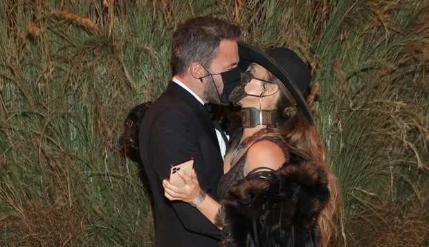 Jennifer Lopez troca beijo de máscara com Ben Affleck