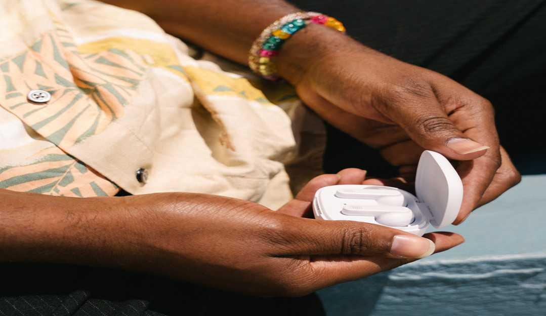 Novo fone de ouvido da JBL chega ao Brasil com bateria de 28 horas