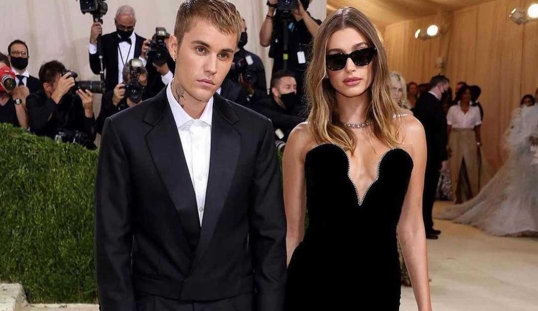 """Hailey é consolada por Bieber após ser recebida por fãs no Met Gala com gritos de """"Selena"""""""