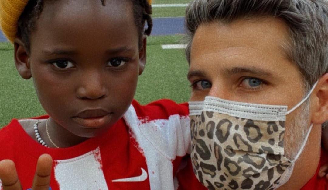 Bruno Gagliasso leva o filho para ver jogo em estádio da Espanha