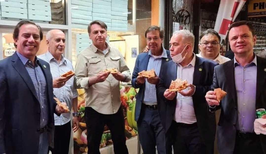 Prefeito de Nova York alfineta Bolsonaro, que come pizza em uma calçada por não estar vacinado