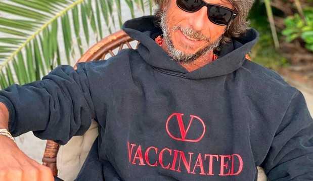 Valentino produz moletom 'vacinado' em apoio à campanha de Covid-19