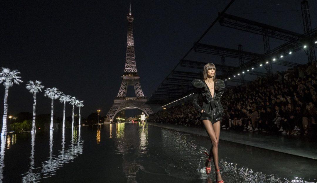 Saint Laurent retorna à Semana de Moda de Paris com Torre Eiffel ao fundo