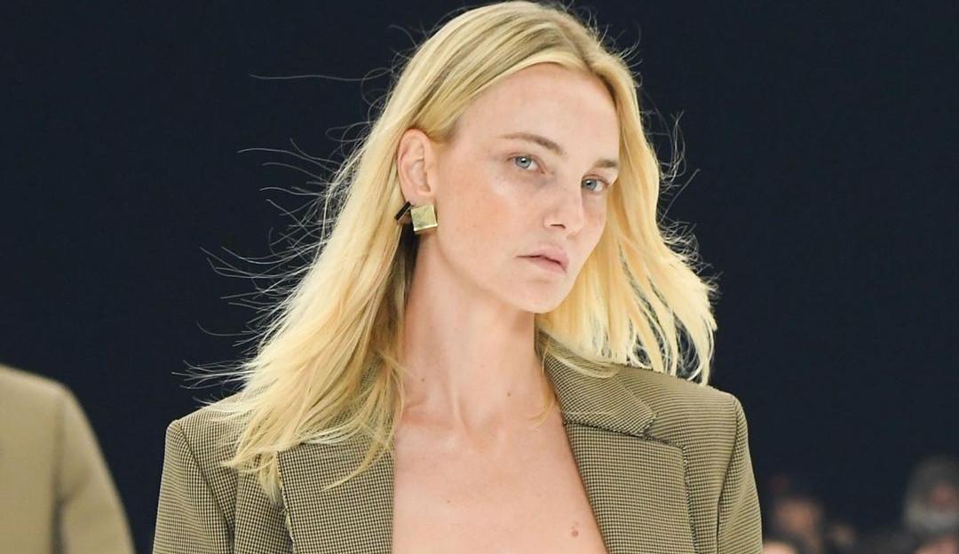 Carol Trentini desfila com exclusividade para Givenchy em Paris