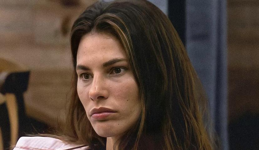 Dayane chora com os ataques dos colegas de confinamento e desabafa com Valentina em 'A Fazenda 13': 'Eu não mereço isso'