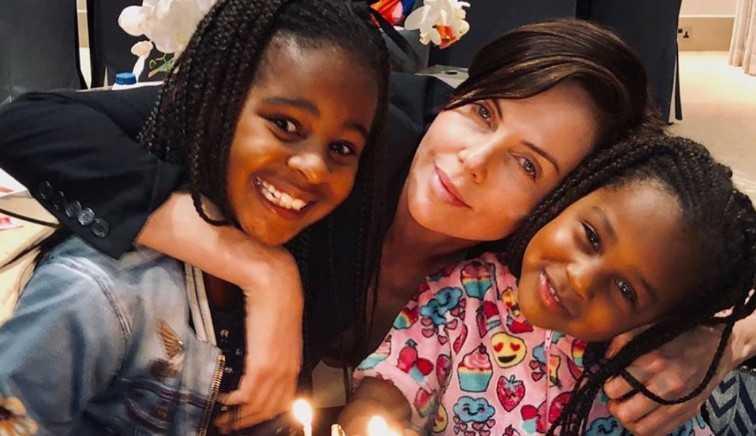 Charlize Theron fala que ser considerada 'legal' pelas filhas é mais gratificante que ganhar um Oscar