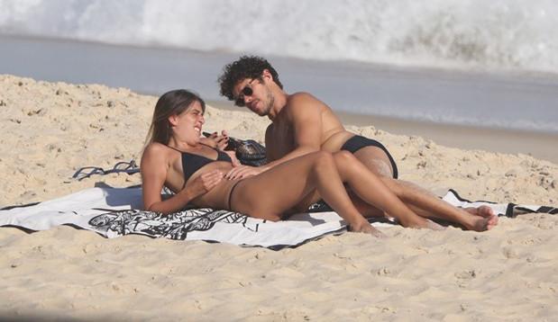 José Loreto e Bruna Lennon incendeiam praia em São Conrado